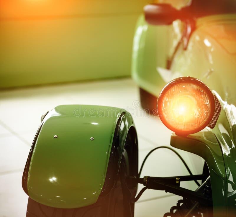 Groene retro autokoplamp stock afbeeldingen