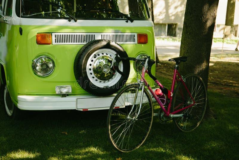 Groene retro minivan auto royalty-vrije stock foto