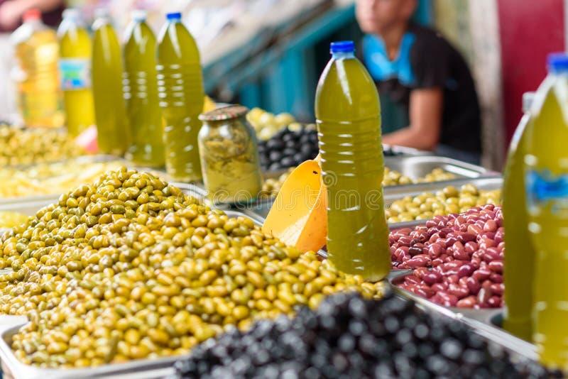 Groene, rode en zwarte olijven op de oosterse markt Carmel, Tel Aviv, Israël stock foto