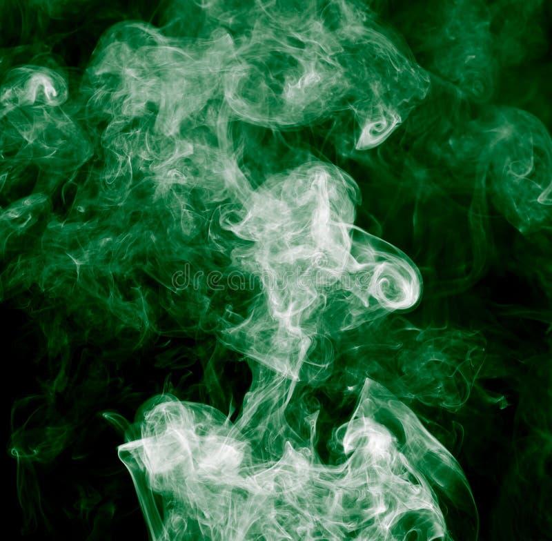 Groene rook op een zwarte achtergrond royalty-vrije stock afbeeldingen