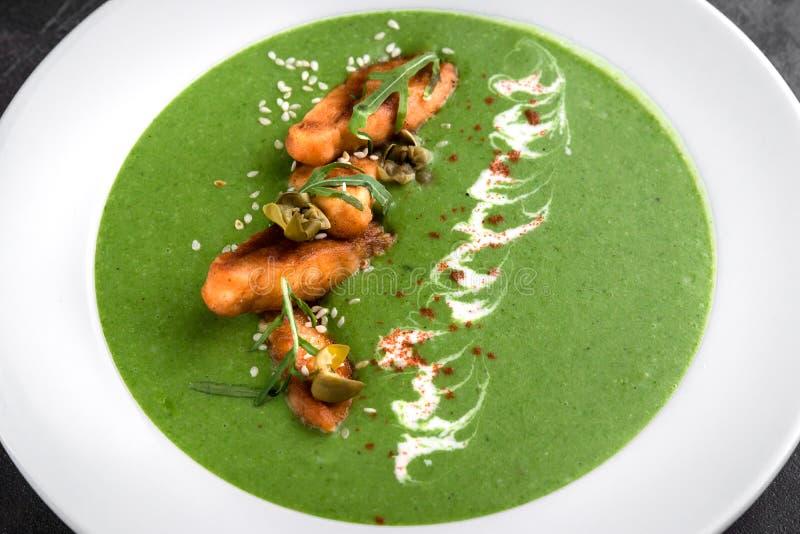 Groene groene roomsoep van Vegan in kom met zalm en kapers close-up royalty-vrije stock afbeelding