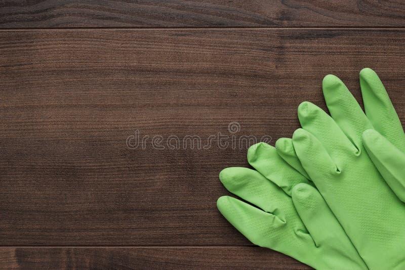 Groene rubber schoonmakende handschoenen royalty-vrije stock afbeelding