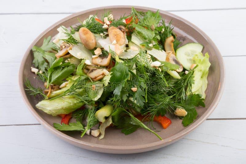 Groene ruwe plantaardige salade stock foto's