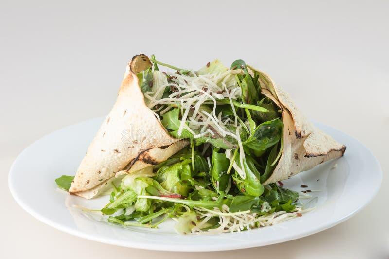 Groene salade en kaas met poppadom royalty-vrije stock foto's