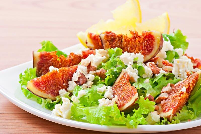Groene salade met fig., kaas en okkernoten stock foto