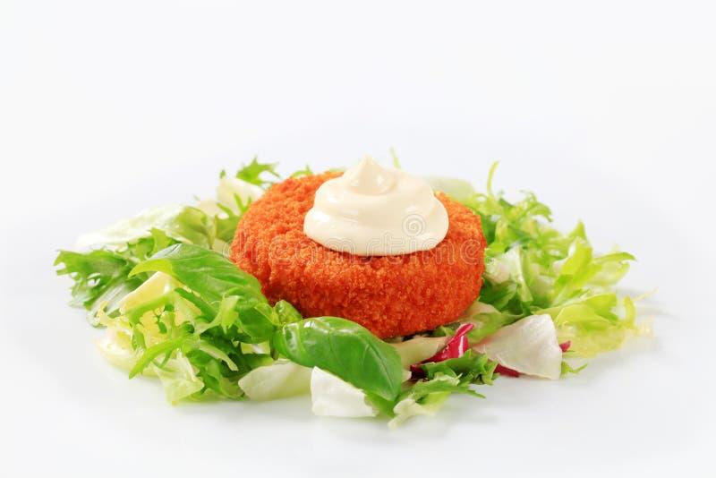 Groene salade met gebraden gepaneerde kaas stock afbeeldingen