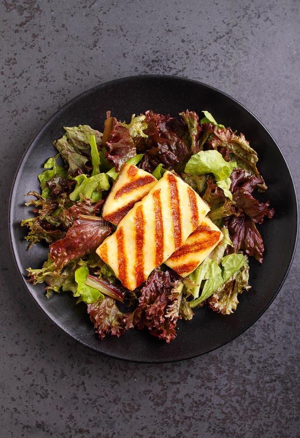 Groene salade met gebraden halloumikaas stock foto's