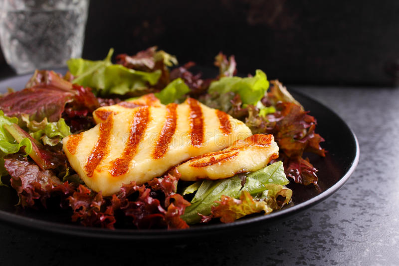 Groene salade met gebraden halloumikaas royalty-vrije stock foto
