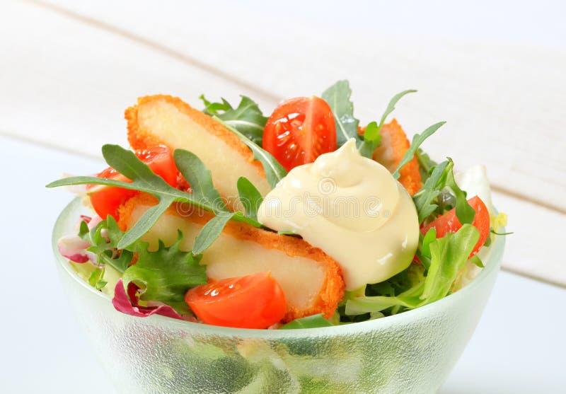 Groene salade met gebraden kaas royalty-vrije stock foto's