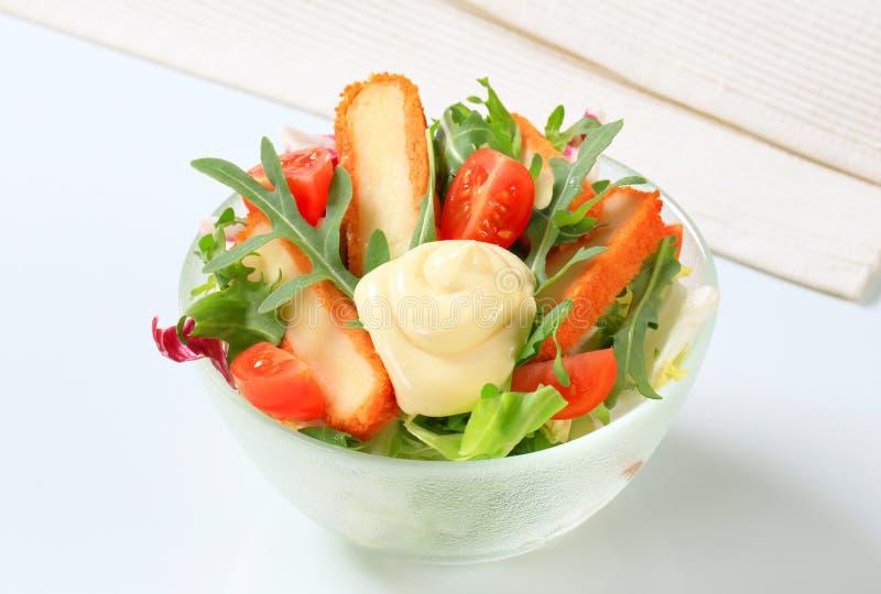 Groene salade met gebraden kaas royalty-vrije stock foto