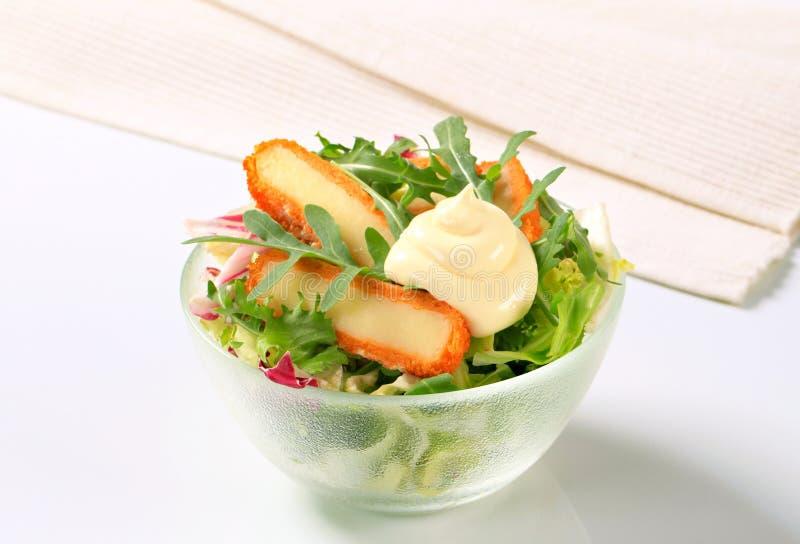 Groene salade met gebraden kaas royalty-vrije stock fotografie