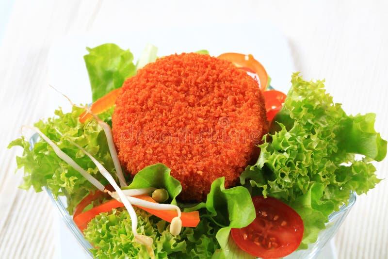Groene salade met gebraden kaas royalty-vrije stock afbeelding