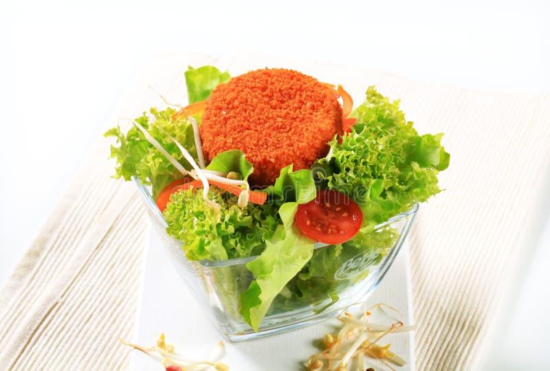Groene salade met gebraden kaas royalty-vrije stock afbeeldingen