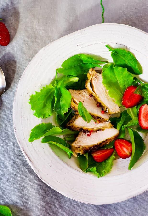 Groene salade met kip en aardbei royalty-vrije stock foto's