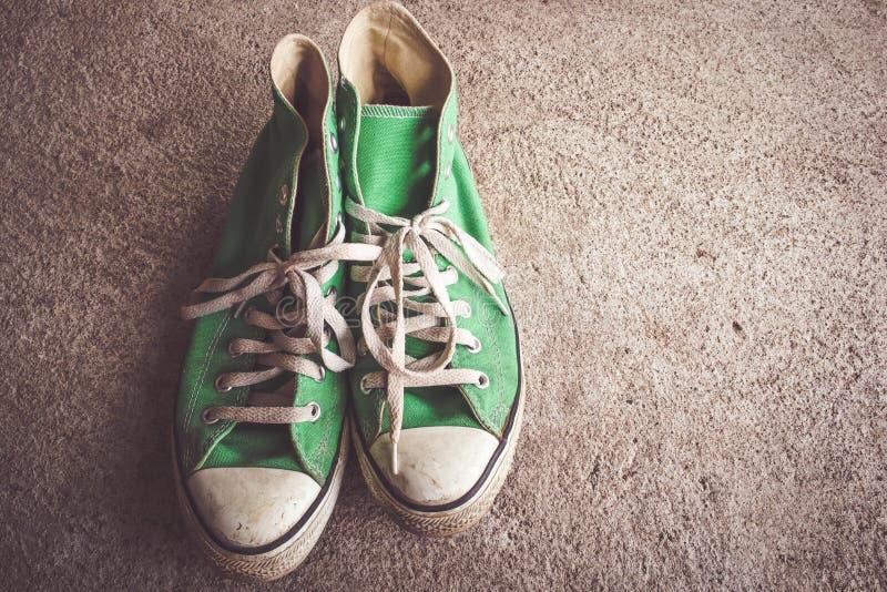 Groene schoen, tennisschoenen met filtereffect retro uitstekende stijl royalty-vrije stock foto