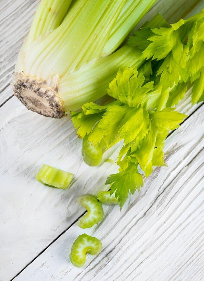 Groene selderie op een houten wit stock fotografie