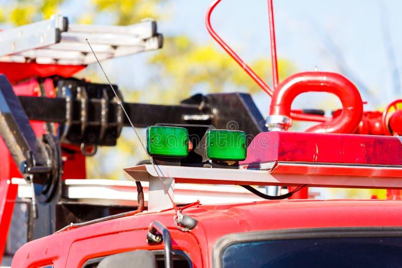 Groene sirene op brandvrachtwagen stock fotografie