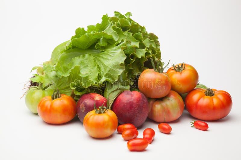 Groene sla, rode en groene tomaten, rode nectarines royalty-vrije stock afbeelding