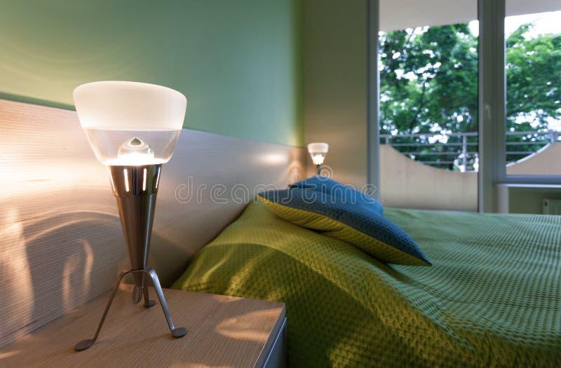 Groene slaapkamer met moderne lampen stock afbeelding afbeelding