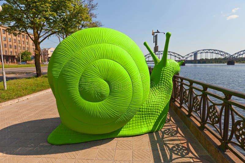 Groene slak op de straat van Riga, Letland royalty-vrije stock foto's