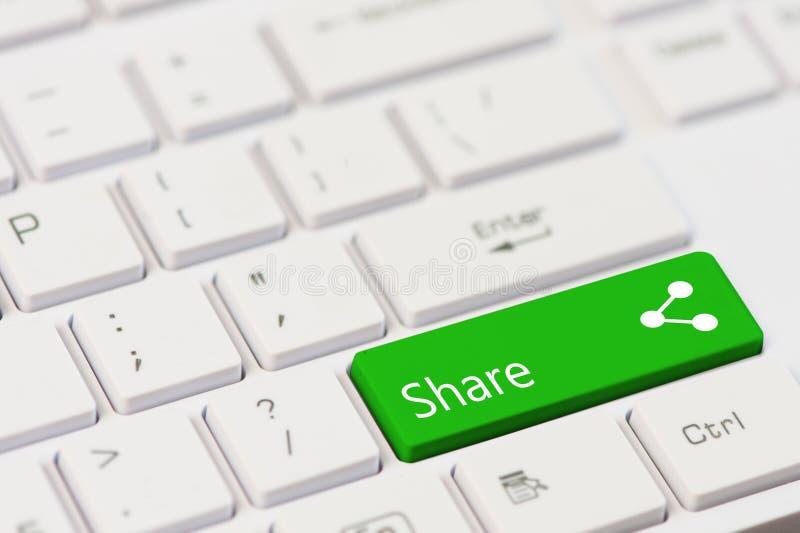 Groene sleutel met tekstaandeel en pictogram op wit laptop toetsenbord stock foto's