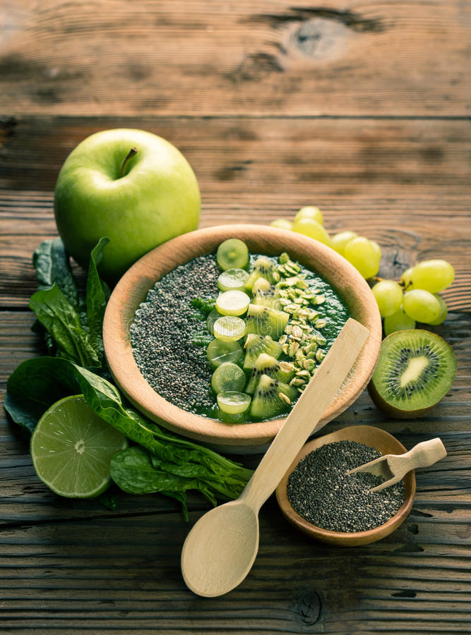Groene smoothie in de kom stock foto's