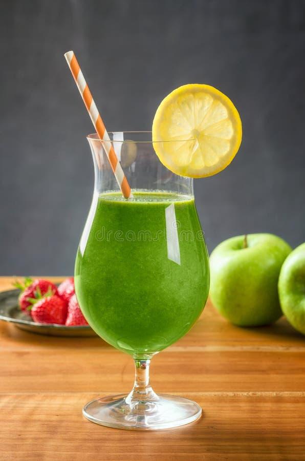 Groene Smoothie in een cocktailglas royalty-vrije stock afbeelding