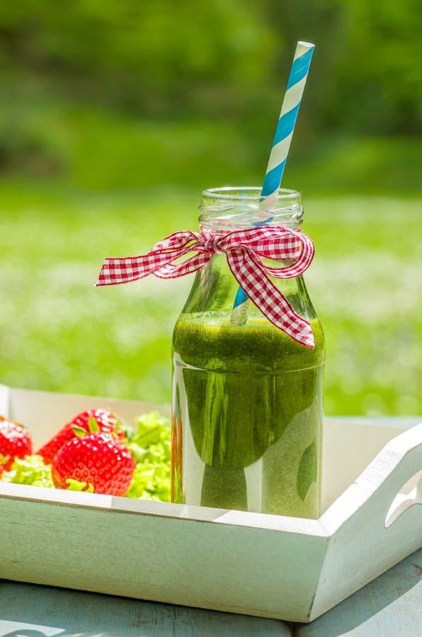 Groene smoothie in een fles stock foto