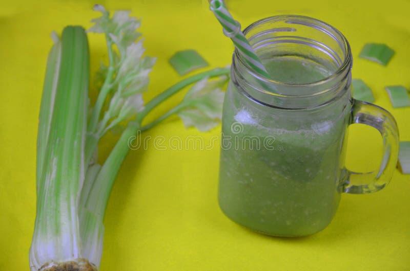 Groene smoothie in glas over rustieke houten achtergrond met exemplaarruimte - detox, veganist, vegetarische gezonde plantaardige stock foto