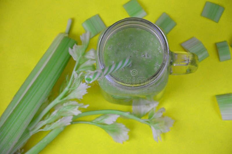 Groene smoothie in glas over rustieke houten achtergrond met exemplaarruimte - detox, veganist, vegetarische gezonde plantaardige royalty-vrije stock afbeeldingen