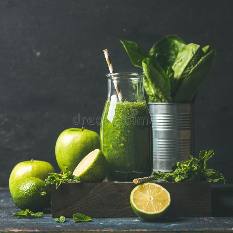 Groene smoothie met appel, snijsla, kalk, munt Donkere achtergrond royalty-vrije stock afbeeldingen