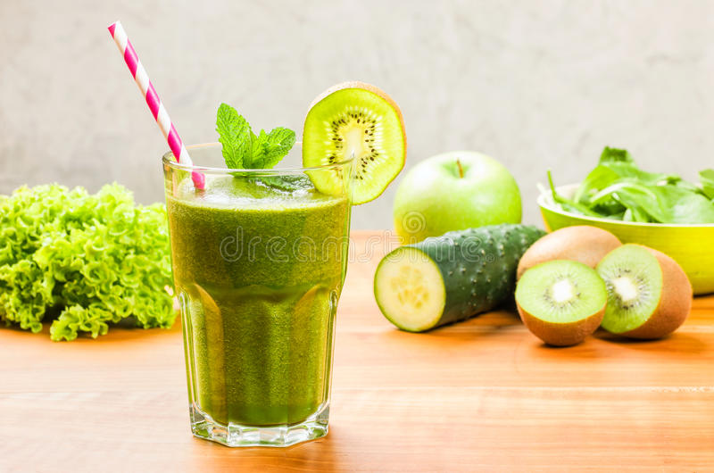 Groene Smoothie met een het drinken stro royalty-vrije stock foto
