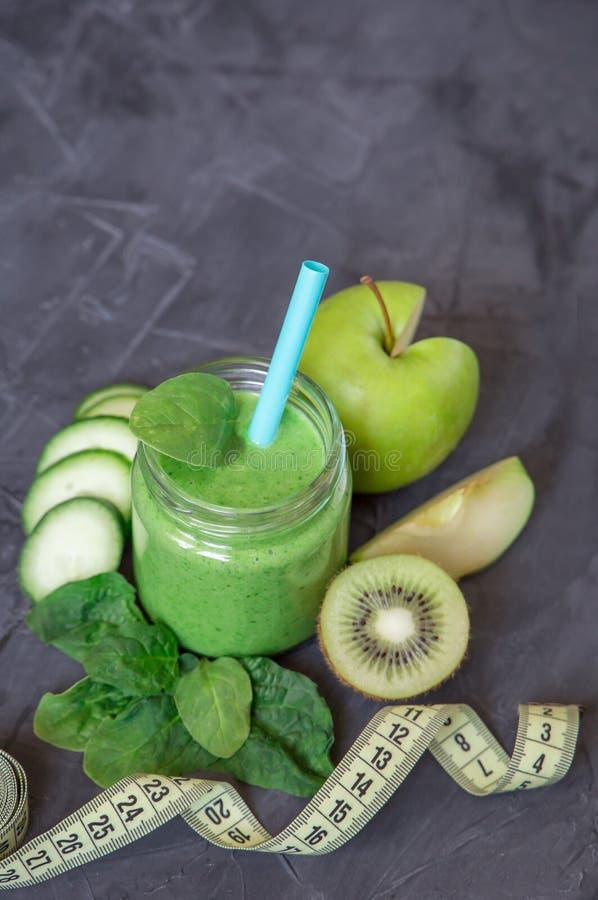 Groene smoothie met ingrediënten: appelen, spinazie, komkommer en kiwi met maatregelenband Het gezonde Eten en Op dieet zijn royalty-vrije stock foto