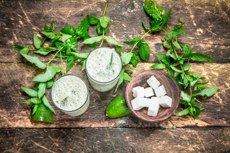 Groene smoothie met munt stock fotografie