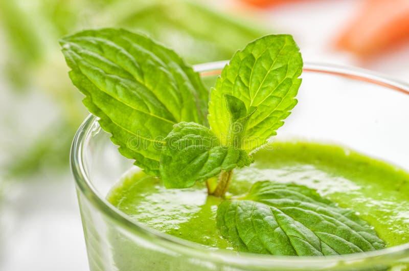 Groene smoothie met munt royalty-vrije stock foto