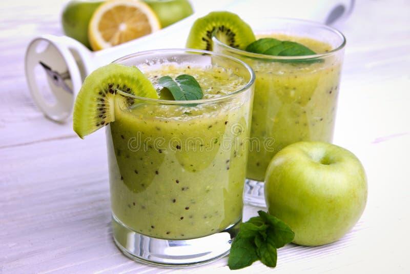 Groene smoothie met munt en vruchten op de houten achtergrond stock foto