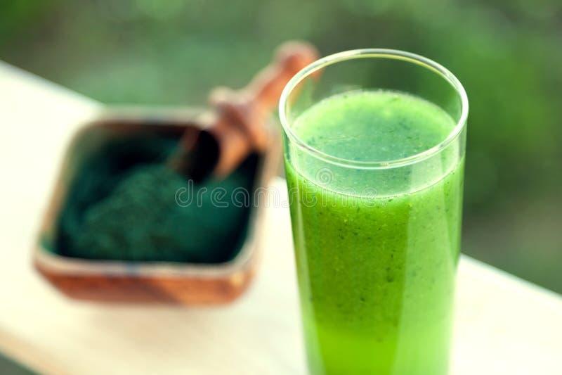 Groene smoothie met spirulina op houten achtergrond stock fotografie
