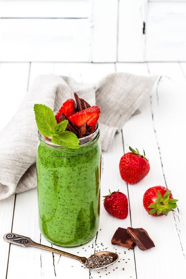 Groene smoothie met superfoods Pudding van chiazaden van de Matcha de groene thee stock fotografie