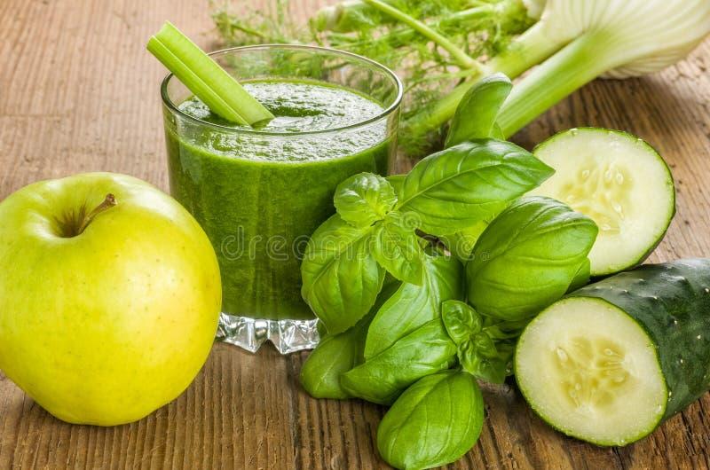 Groene Smoothie met verse ingrediënten stock afbeeldingen