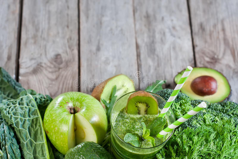 Groene smoothieachtergrond royalty-vrije stock fotografie