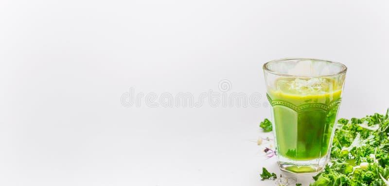 Groene smoothieglas en boerenkool op lichte achtergrond, zijaanzicht, plaats voor tekst, banner stock afbeelding