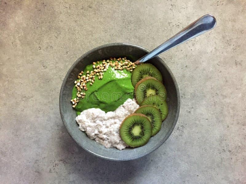 Groene smoothiekom met boekweit, kiwifruit en chiapudding royalty-vrije stock foto's