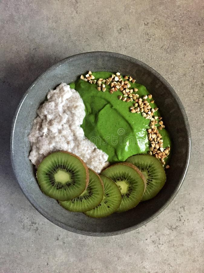 Groene smoothiekom met boekweit, kiwifruit en chiapudding stock foto's