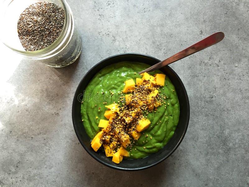 Groene smoothiekom met gehakte mango en chiazaden royalty-vrije stock foto's