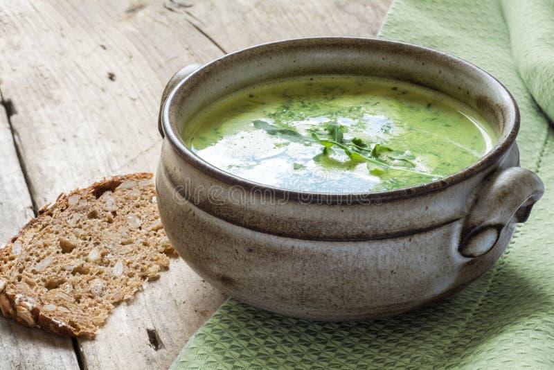 Groene soep met broccoli, arugula en spinazie in een ceramische kom royalty-vrije stock foto