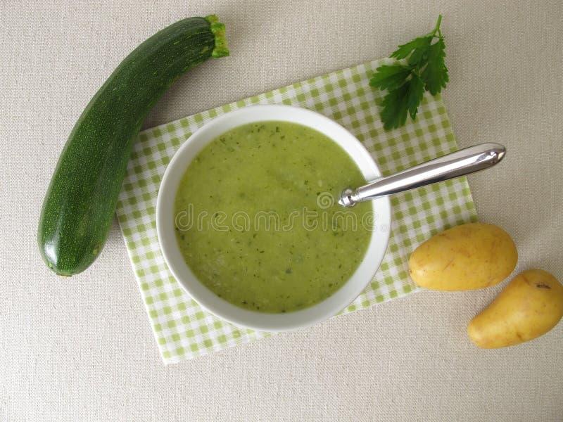 Groene soep met courgette en aardappels stock afbeelding