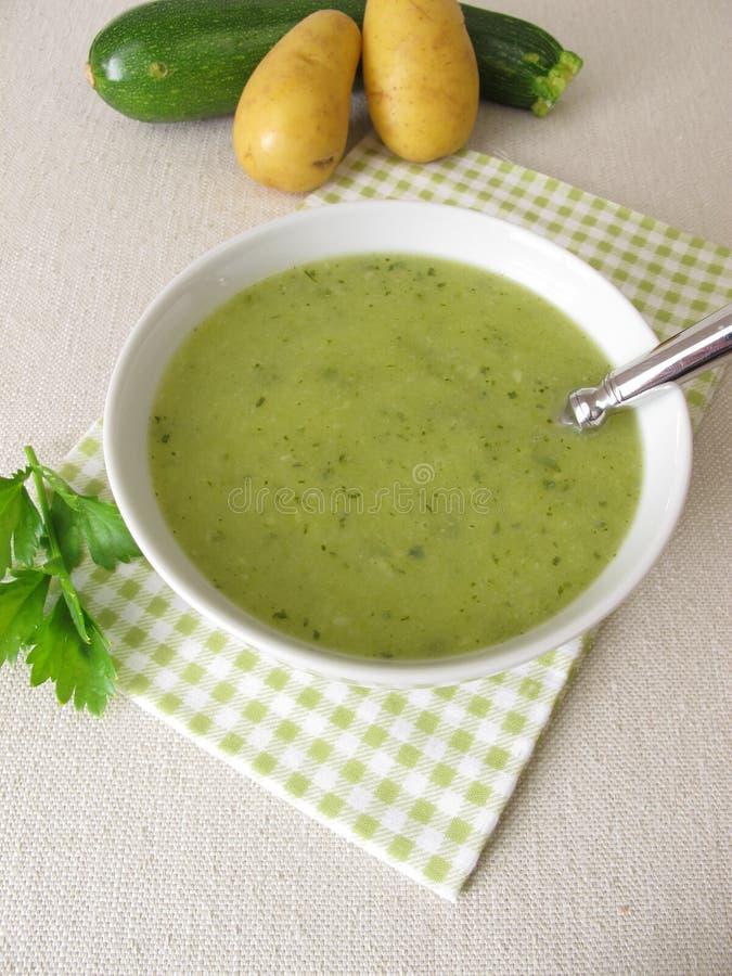 Groene soep met courgette en aardappels royalty-vrije stock fotografie