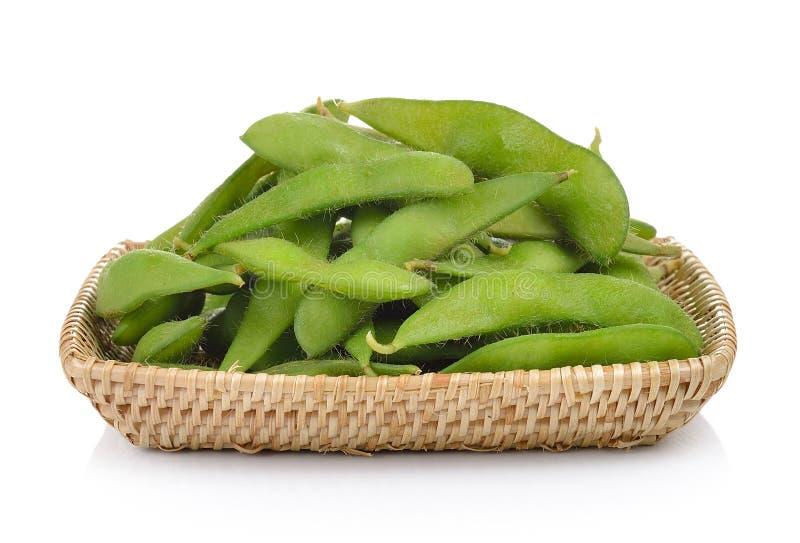 Groene sojabonen in de mand op witte achtergrond stock foto
