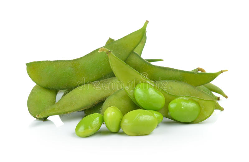 Groene sojabonen op witte achtergrond stock foto's