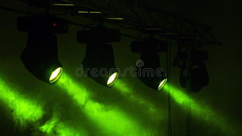 Groene stadiumlichten en Smokey stock fotografie